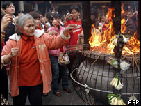 Taoism followers burn sticks to mark Year of the Pig, Feb 2007