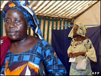 Senegalese women vote, February 2007